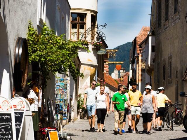 Gruppe spaziert durch die Innenstadt in Dürnstein